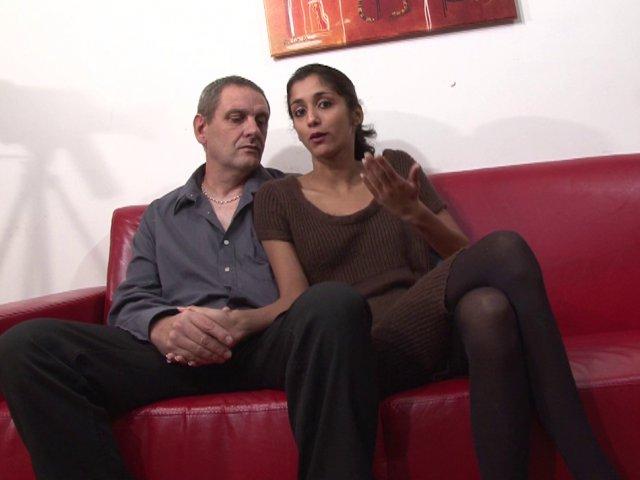Indiana, une vraie libertine amatrice de sodomie, suce la bite de Bruno en gorge profonde