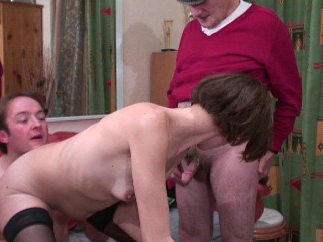 Papy pervers baise et encule une amie avec son pote