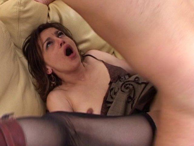 Un journaliste se retrouve avec la bite dans la bouche d'une mature
