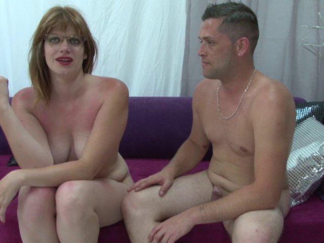 Une pétasse blonde à lunettes teste la sodomie pendant un casting porno