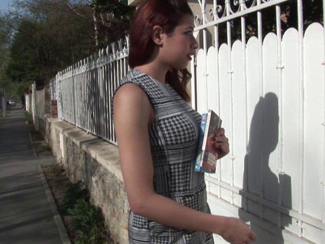 Lilia est enculée vigoureusement par son prof d'anglais après l'avoir pompé