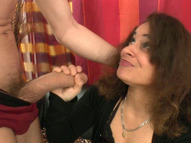 Cette beurette salope de Sana vient baiser avec deux grosses bites