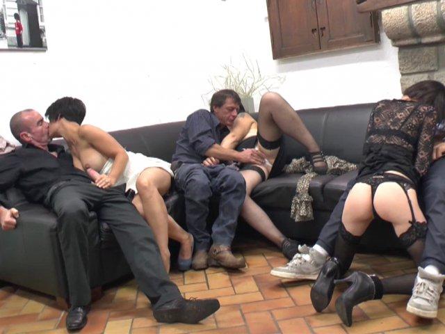 Des libertines en manque de sexe invitent des mecs pour une grosse orgie