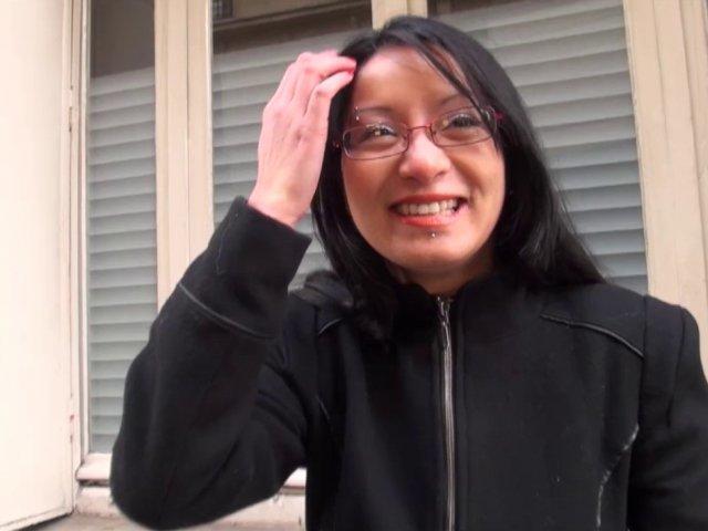 Une asiatique à lunettes se fait casser le cul par Max qui éjacule dans sa bouche