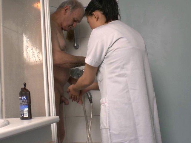 Papy drague et pine la moule de sa femme de ménage asiatique