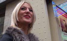 Une blonde nympho très libertine baise au milieu d'un sex shop