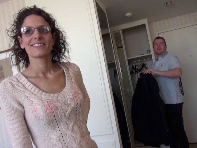 Belle garce à lunettes se fait défoncer le fion par son mec qui éjacule sur son visage