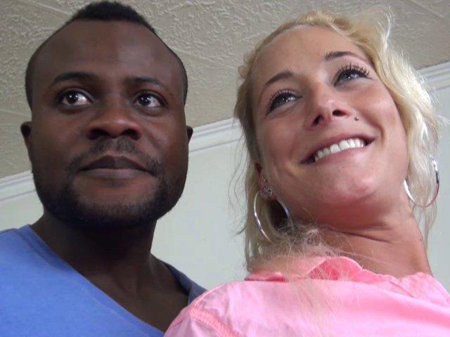 Belle blonde baisée et sodomisée par deux mecs pour son premier film porno