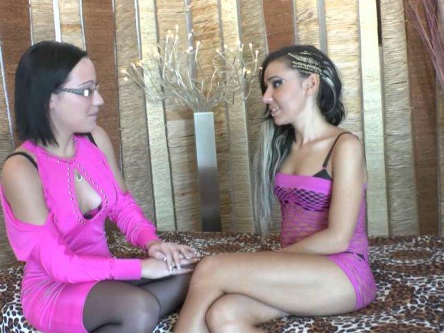 Candice et un ami offrent un fist vaginal et une bonne sodomie à une étudiante brune