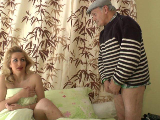 Notre papy pervers se branle la bite dans le lit d'une blonde aux gros seins
