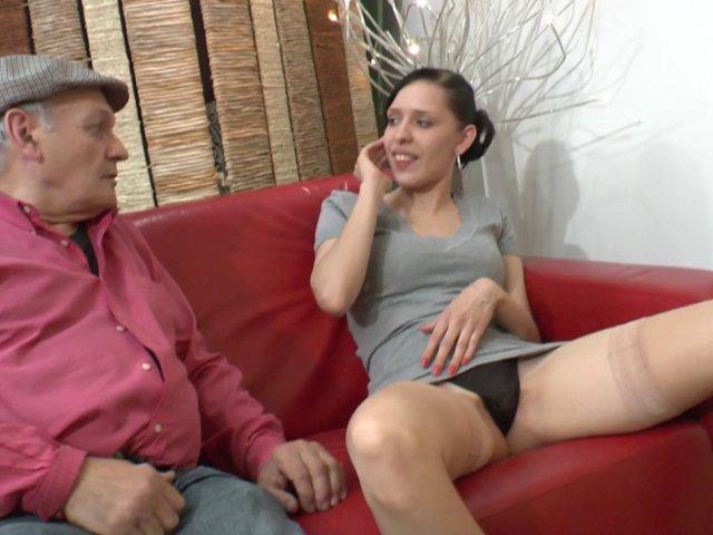 Papy lit une livre porno avant de niquer une jeune chienne chez le docteur