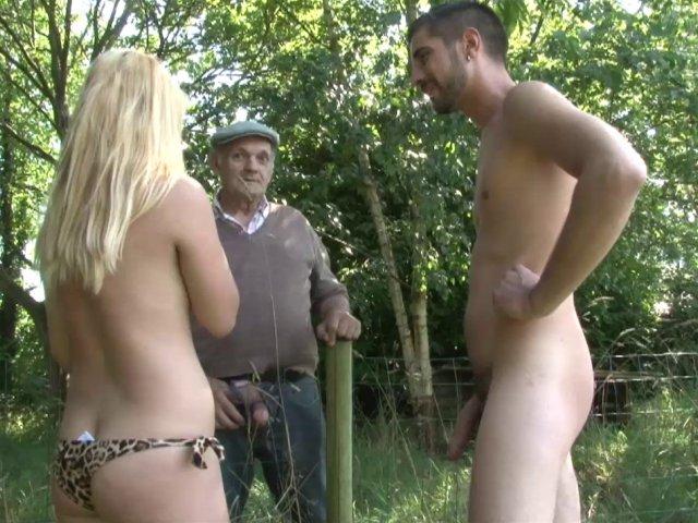 Papy pervers surprend une salope qui suce son mec dans un champ et lui offre sa queue