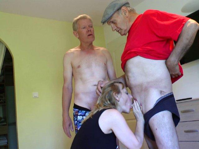 Une milf blonde suce la bite de papy qui lui casse le cul avec son mari