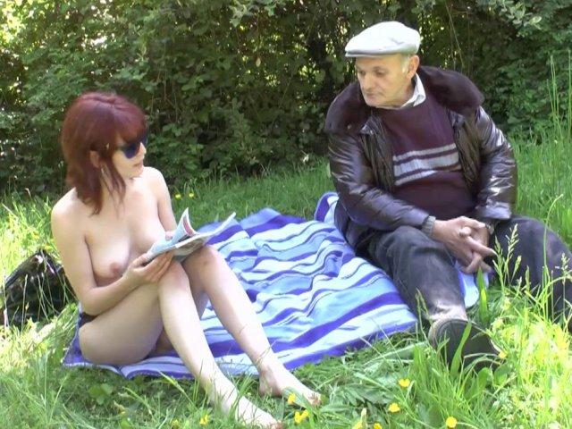 Ce vieux pervers de papy va réussir à se baiser une jeune rousse en plein air