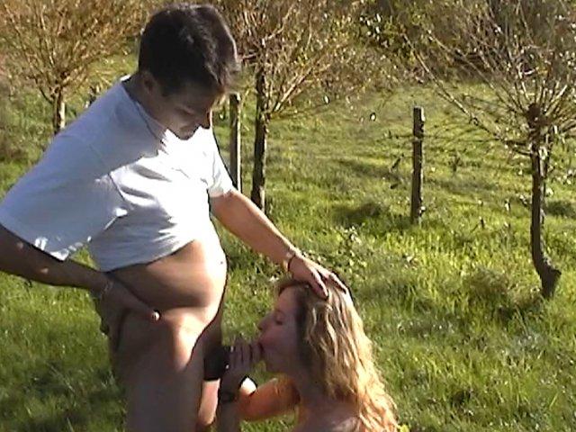 Une blonde suce la queue de son mec dans un pré et se fait déchirer le rectum
