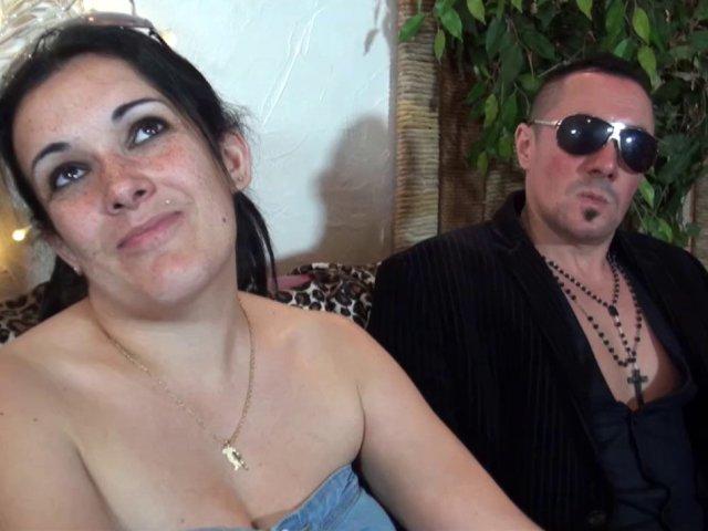 Une maman très salope aux gros seins tourne un porno devant son mec