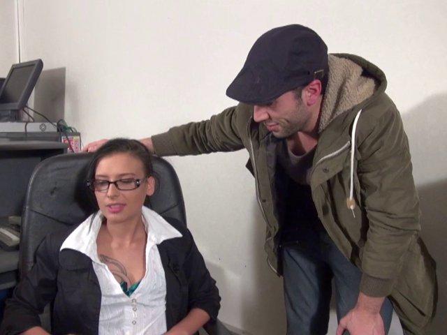 Une secrétaire avec des lunettes est enculée par un collègue sur le bureau