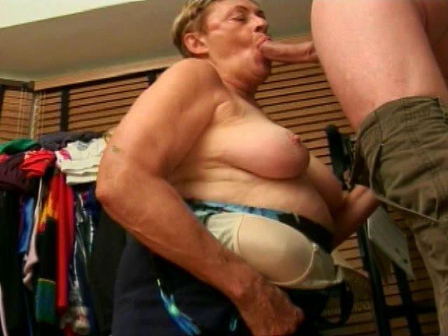 La vieille salope ne perd pas une occasion pour baiser avec le pote de son fils