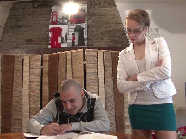Un élève sodomise sa prof très chaude à lunettes sur le bureau