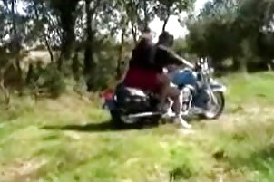 Une petite black baisée par deux motards
