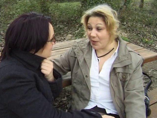 Deux lesbiennes viennent reluquer les joggeuses dans un parc