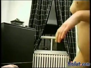 Christine se touche avant de sucer son mec