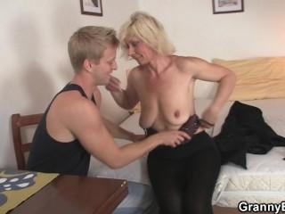 Il aide sa voisine mature à entrée chez elle