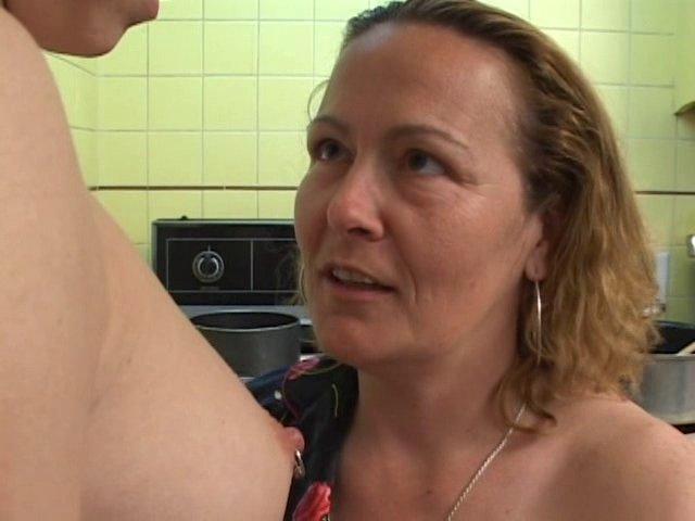 Une femme mure bisexuelle initie la fille de son mari au sexe lesbien