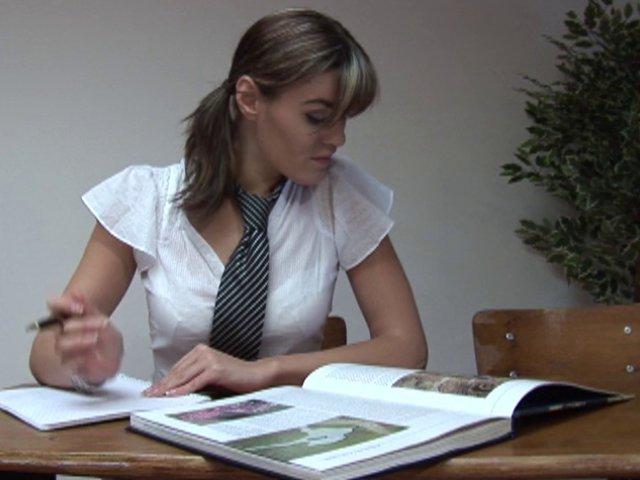 Elle prend un cour d'EPS entre deux cahiers
