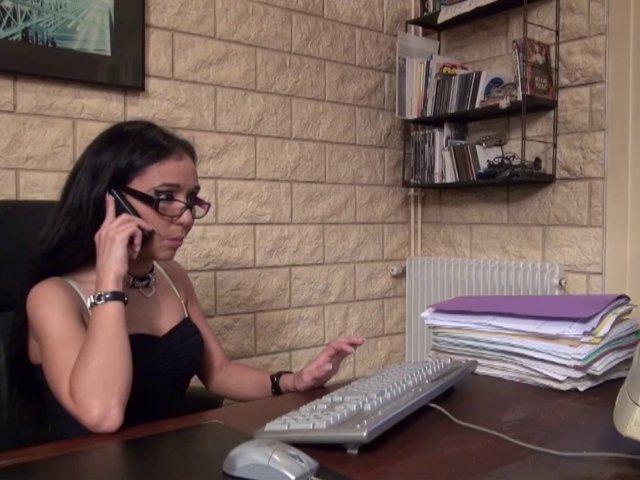 Secrétaire à lunettes, elle offre son corps et se régale