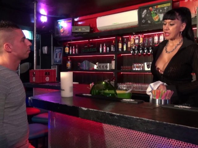 La cougar abuse de son post de barmaid