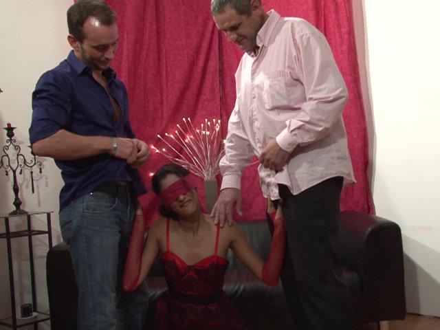 Le mari d'une belle beurette Française réalise le fantasme de sa femme