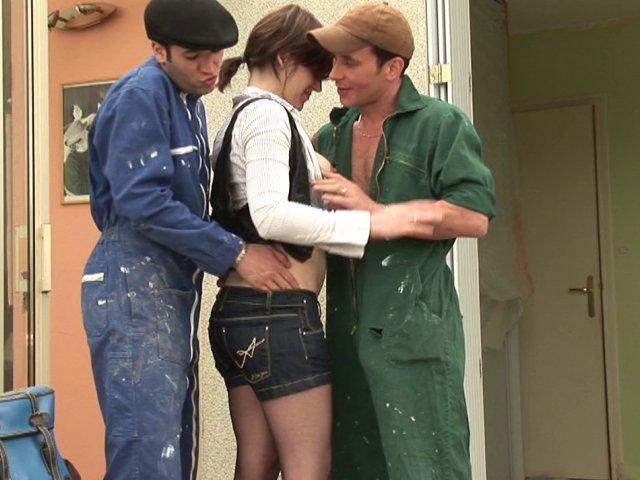 Ma frangine baise avec 2 ouvriers qui travaillent à la maison
